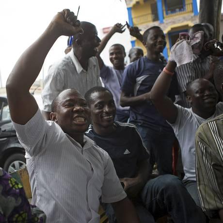 Partidários de Buhari comemoram em Lagos Foto: JOE PENNEY / REUTERS