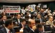 Manifestantes contra e a favor da PEC da redução da maioridade penal
