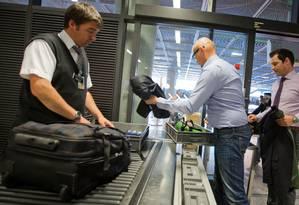 Reclamar sobre o procedimento de revista alerta os agentes de segurança quanto à conduta de risco Foto: Frank Rumpenhorst / AP