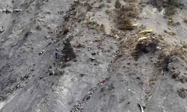 Resgatistas trabalham na aérea de acidente Foto: Claude Paris / REUTERS