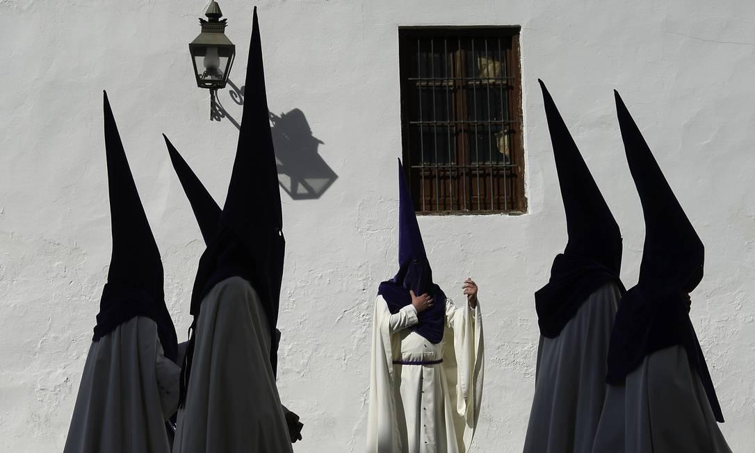 """As celebrações da Semana Santa na Espanha começam no Domingo de Ramos e terminam no Domingo de Ressurreição, Em Córdoba, membros da irmandade """"La Sangre"""" vestem capuzes a fazem procissão pelas ruas da cidade Manu Fernandez / AP"""