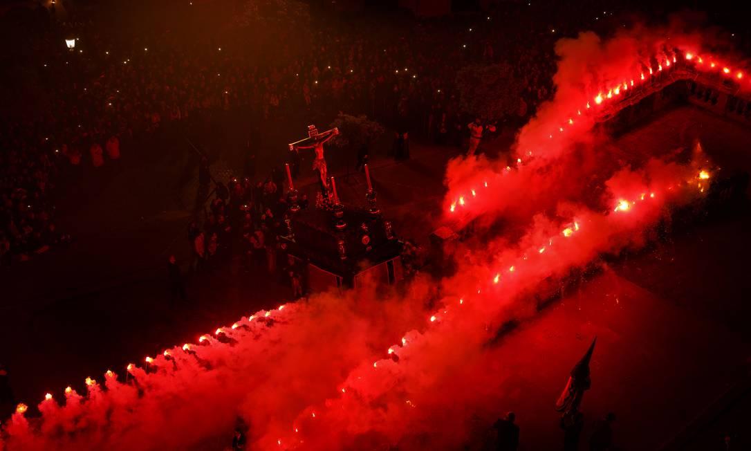 Em Jerez de la Frontera, fumaça vermelha na procissão do Cristo de Viga Daniel Ochoa de Olza / AP