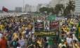 """Manifestantes com """"S.O.S Intervenção Militar"""" no protesto em Copacabana, no último dia 15"""