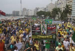"""Manifestantes com """"S.O.S Intervenção Militar"""" no protesto em Copacabana, no último dia 15 Foto: Rafael Moraes/15-3-2015"""