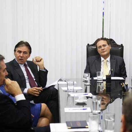 Renan Calheiros mantém na pauta propostas com indexador das dívidas de estados e municípios Foto: Ailton de Freitas / Agência O Globo
