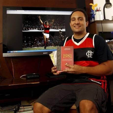 Vitor Sergio exibe livros usados na pesquisa para a obra Foto: Eduardo Naddar