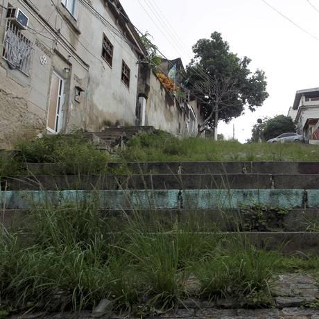 Mato alto na escadaria na Rua São Cláudio: moradores pedem urgência na limpeza Foto: Agência O Globo / Gabriel de Paiva