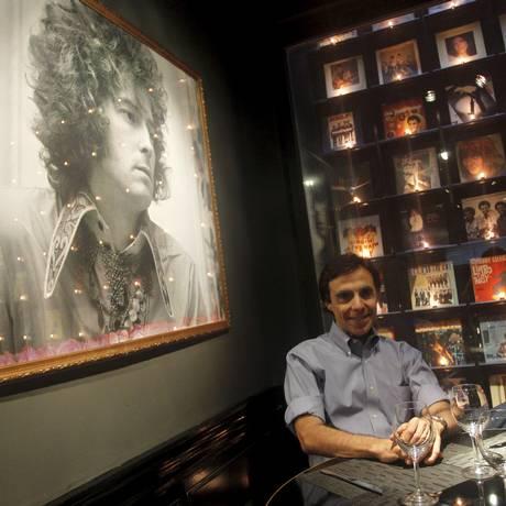O empresário musical Fernando Versiani disponibilizou toda a sua coleção audiovisual para o estabelecimento, que é decorado com 154 capas de disco históricos e tem exposição permanente de 20 fotografias de grandes nomes do rock, do pop e do soul Foto: Pedro Teixeira / Agência O Globo