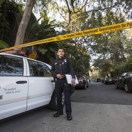 Policiais fazem cerco nas ruas próximas à mansão de Andrew Getty, em Hollywood Hills, Los Angeles Foto: Ringo H.W. Chiu / AP