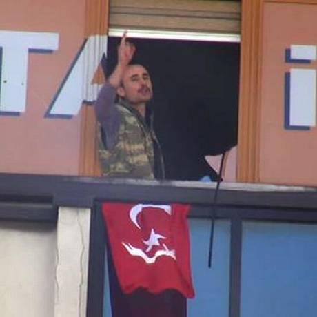 Homem fala da janela do AKP em Istambul Foto: Reprodução
