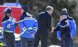 Carsten Spohr, CEO da Lufthansa, cumprimenta a polícia no local onde equipes de busca se concentram