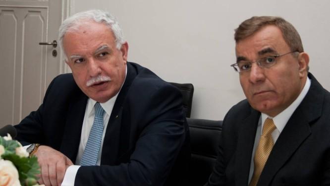 Riyad al-Maliki (e) garantiu que a Palestina entregará suspeitos Foto: Jan Hennop / AFP