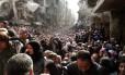 Foto de agência da ONU mostra refugiados de Yarmuk recebendo ajuda humanitária após bombardeios em Damasco, em 2014