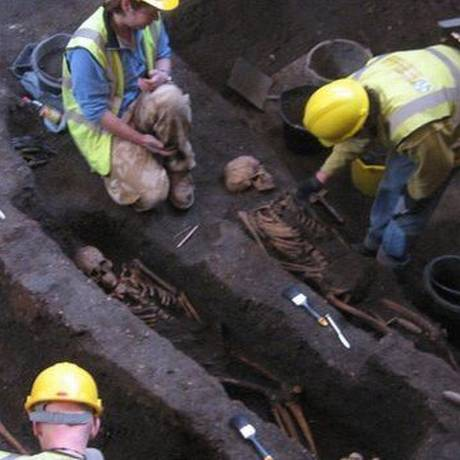 Arqueólogos no cemitério medieval encontrado Foto: Divulgação/Cambridge University