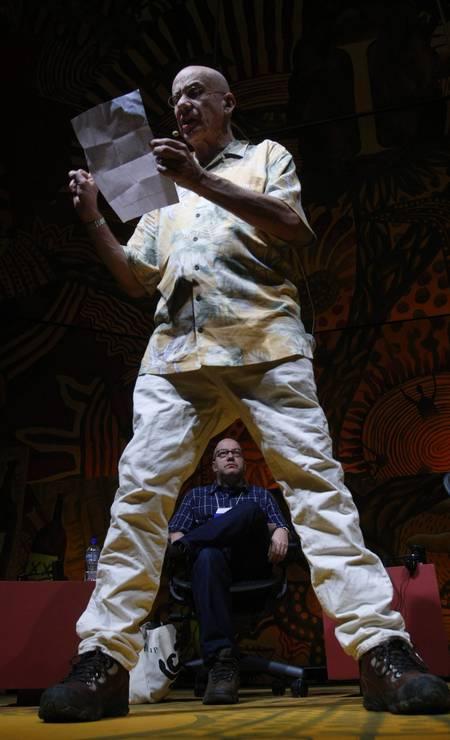 """Em Paraty, o escritor norte-americano James Ellroy """"cresce"""" à frente de Arthur Dapieve, em foto André Teixeira Foto: Andre Teixeira / Agência O Globo"""