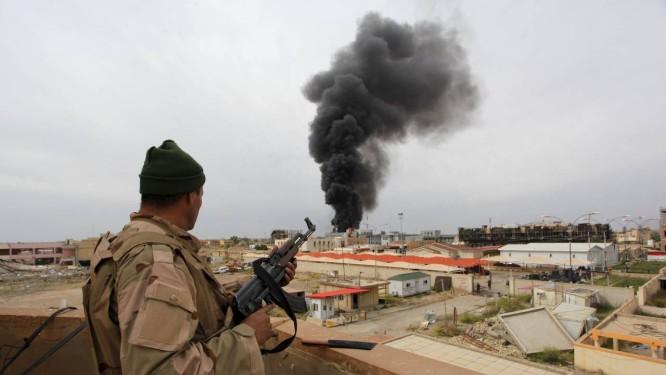 Soldado iraquiano acompanha resquícios de combate no Norte de Tikrit: Estado Islâmico é o principal responsável por escalada na violência Foto: ALAA AL-MARJANI / REUTERS