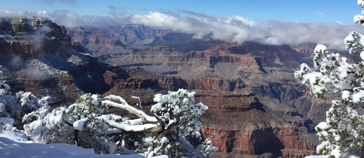 Neve na margem sul dá um aspecto diferente ao Grand Canyon, no Arizona Foto: Liane Thedim / O Globo