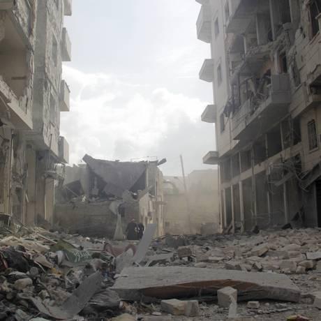Prédios destruídos em Idlib, na Síria: conflito tem atraído estrangeiros, muitos dos quais ingressam nas fileiras do Estado Islâmico Foto: REUTERS