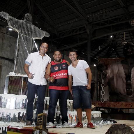 Os carnavalescos da Estácio de Sá Amauri Santos e Tarcísio Zanon (ambos de branco) e o diretor de carnaval Roni Jorge (com a camisa do Flamengo) Foto: Eduardo Naddar / Agência O Globo