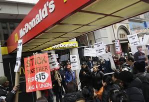 McDonald's foi alvo de muitos protestos de trabalhadores em busca de direitos e salários melhores Foto: Mark Lennihan / AP/17-03-2015