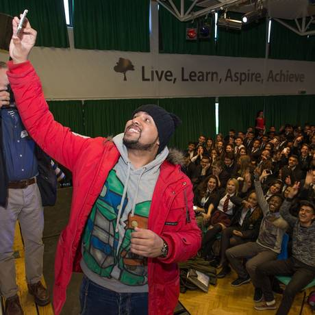 O comediante Humza Arshad se apresenta em escolas londrinas junto com a Scotland Yard para combater a radicalização de jovens muçulmanos Foto: Derimais / The Washington Post