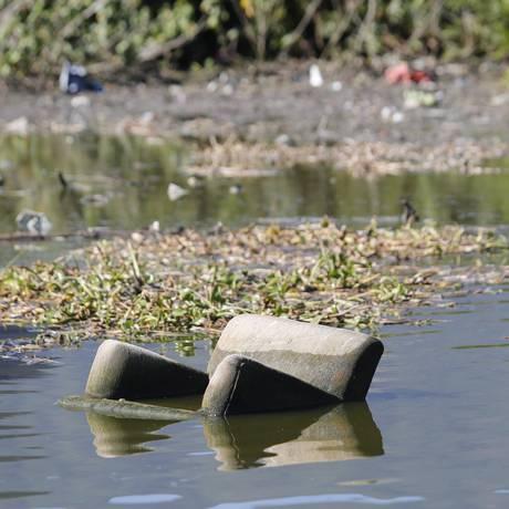 Sofá boiando na Lagoa da Tijuca Foto: Felipe Hanower 07-08-2014 / Agência O Globo