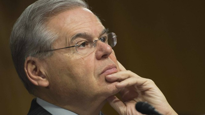 Robert Menendez. Senador democrata de Nova Jersey é acusado de usar seu poder no Senado para beneficiar doador do partido Foto: JIM WATSON / AFP