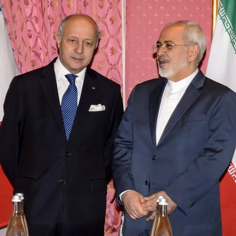 Laurent Fabius (esquerda) ao lado do chefe da delegação iraniana, Mohammad Javad Zarif, em Lausanne. Ministro francês afirma que negociações estão 'a poucos metros da meta final' Foto: FABRICE COFFRINI / AFP