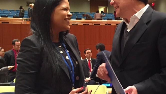 María Gabriela Chavez aperta mão do embaixador do Equador, Xavier Lasso Foto: Cara Anna / AP
