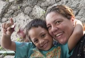 Evolução. Eduardo com a tia: hoje ele fala, brinca e sorri para a câmera Foto: Agência O Globo