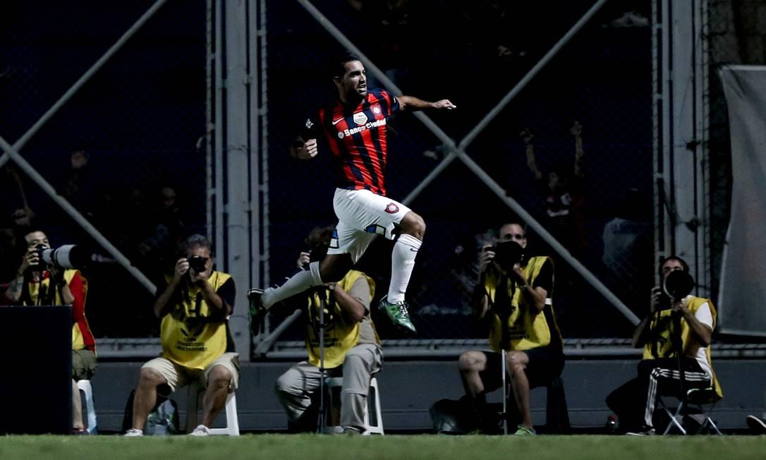 Cauteruccio comemora o golaço da vitória do San Lorenzo sobre o São Paulo Natacha Pisarenko / AP