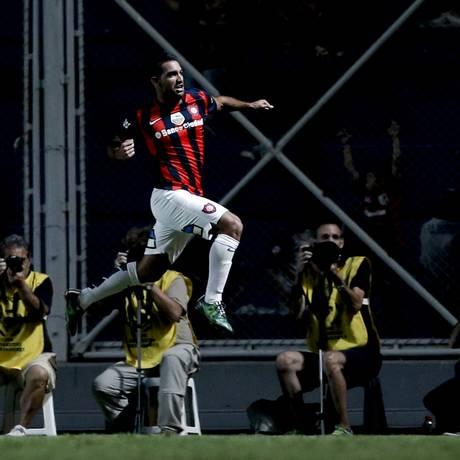 Cauteruccio comemora o golaço da vitória do San Lorenzo sobre o São Paulo Foto: Natacha Pisarenko / AP