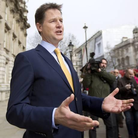 Ex-popular. O vice-premier Nick Clegg fala com repórteres: reeleicção ameaçada. Foto: AFP/30-3-2015