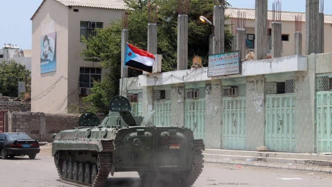 Um tanque carregando a bandeira separatista do movimento sulista cruza as ruas de Aden. Cidade no sul do Iêmen foi invadida por membros da milícia houthi nesta quarta-feira Foto: SALEH AL-OBEIDI / AFP