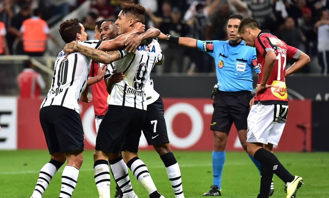 Guerrero é abraçado ao fazer o segundo gol do Corinthians contra o Danubio Danubio NELSON ALMEIDA / AFP