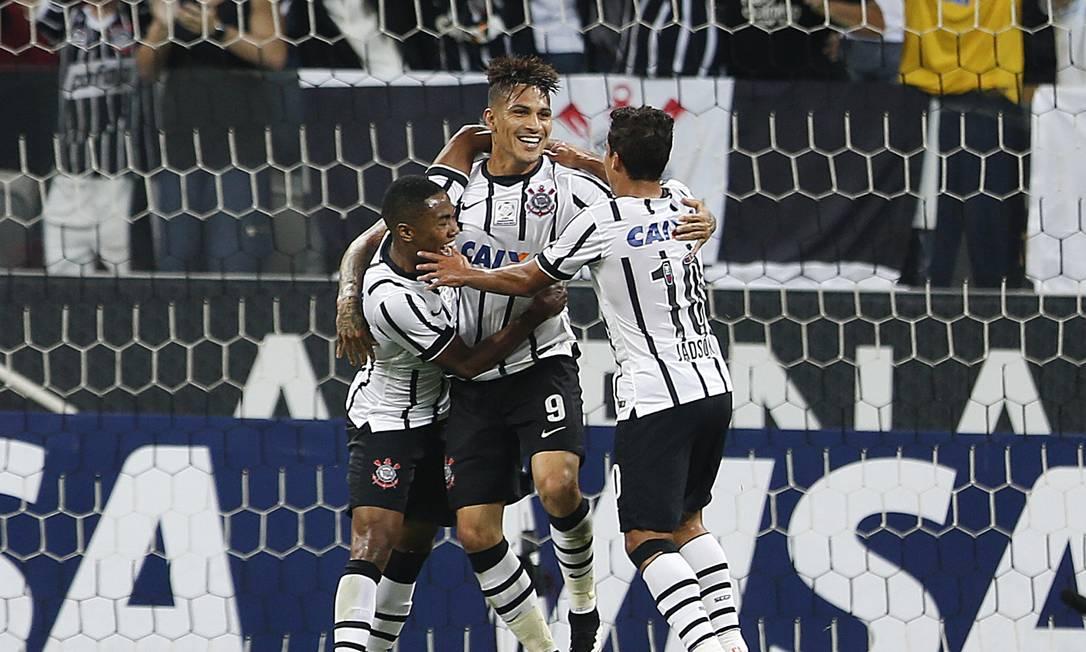 Guerrero é abraçdo por Elias e Jadson Andre Penner / AP