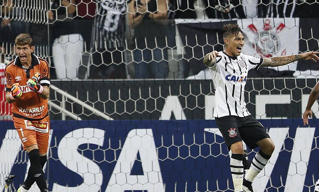 A irritação do goleiro Torgnacioli, do Danubio, contrastando com a alegria de Guerrero, do Corinthians Andre Penner / AP