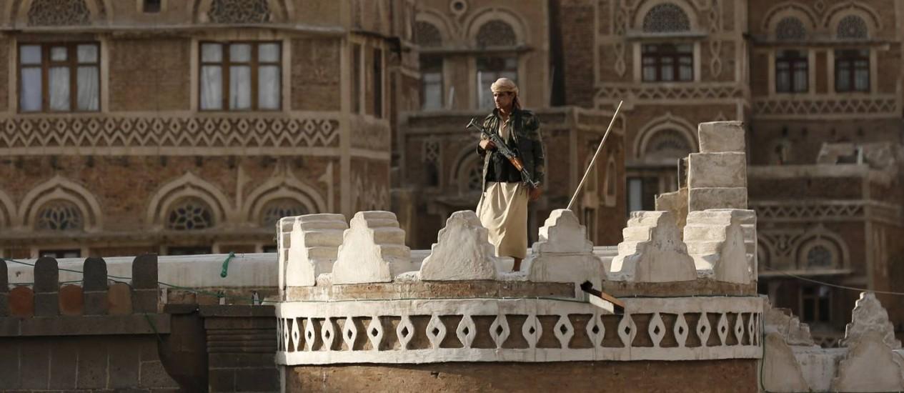 Rebelde houthi monta guarda em Sanaa Foto: KHALED ABDULLAH / REUTERS