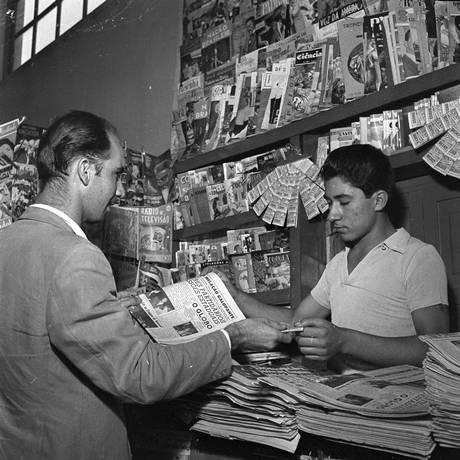 Leitor compra edição do GLOBO em janeiro de 1957 Foto: Arquivo O Globo/19-01-1957