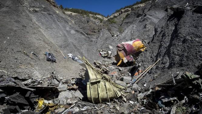 Destroços continuam sendo recolhidos Foto: French Interior Ministry/DICOM/Y. Malenfer/Handout / Reuters
