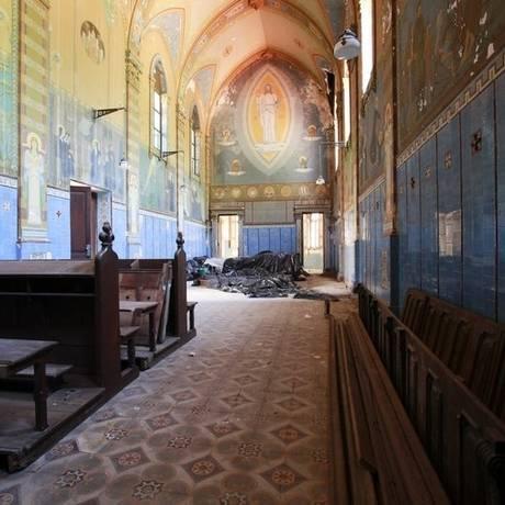 Fechada ao público, Capela São Gerardo tem janelas no estilo gótico, uma das inspirações do beuronense. Na paredes, pinturas nas paredes contam a história de São Bento Foto: Bárbara Lopes