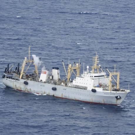 Navio do Ministério de Emergências da Rússia durante a operação de resgate à tripulação do Dalniy Vostok Foto: - / REUTERS