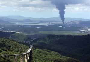 Incêndio em Santos visto de longe Foto: Michel Filho / Agência O Globo