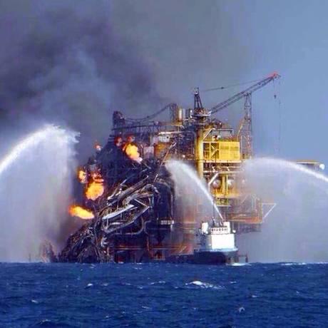 Na foto, navios tentam conter o incêndio na plataforma Abkatun Permanente, no Golfo do México Foto: STR / AFP