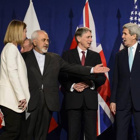 Javad Zarif, John Kerry e chanceleres em coletiva Foto: Jean-christophe Bott / AP