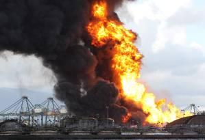 Um incêndio de grandes proporções atingiu, nesta quinta-feira, tanques de combustíveis na região do Porto Saboó, em Santos. Foto: Michel Filho / Agência O Globo