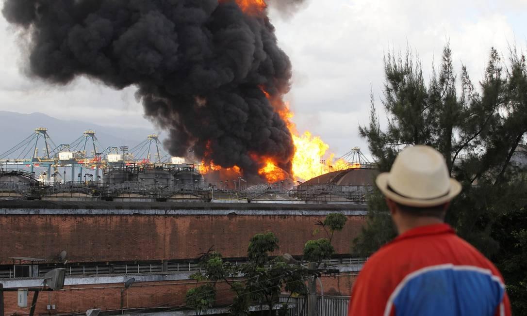 A temperatura chegou aos 800 ºC. Duas pessoas ficaram intoxicadas pela fumaça, segundo o Corpo de Bombeiros. Foto: Michel Filho / Agência O Globo