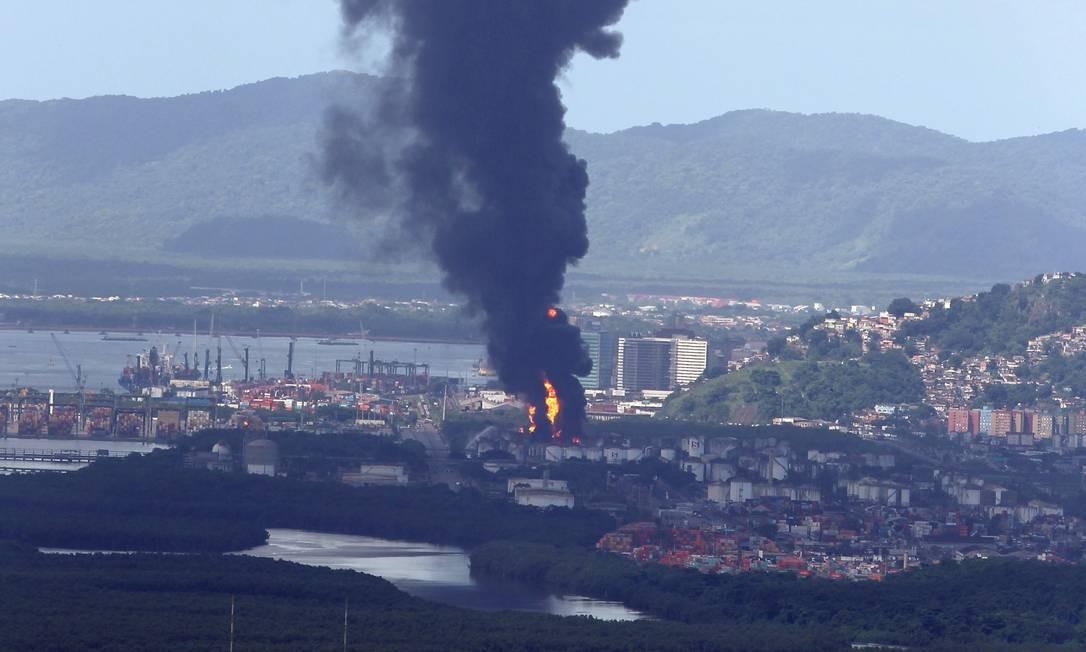 De acordo com a empresa proprietária da instalação, a Ultracargo, os tanques atingidos pelo incêndio armazenavam etanol e gasolina. Foto: Michel Filho / Agência O Globo