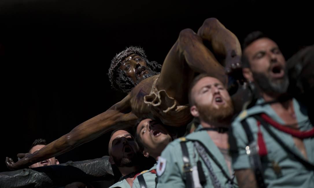 """Em Málaga, a procissão da irmandade """"Cristo da Boa Morte"""" cruza as ruas da cidade espanhola Jorge Guerrero / AFP"""