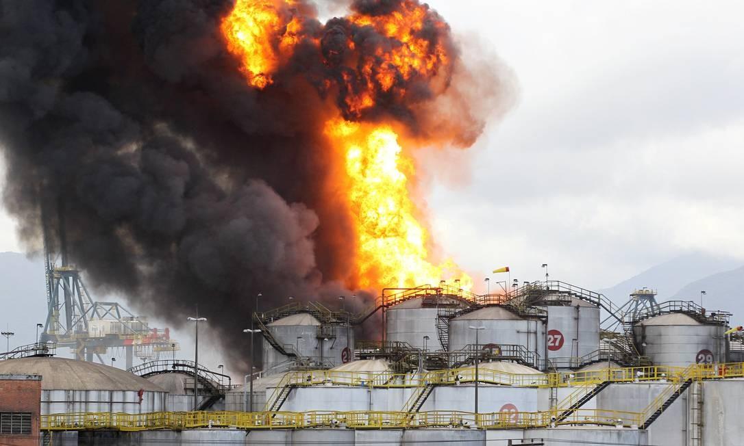 O funcionário de uma empresa vizinha afirmou que o fogo começou quando um caminhão tanque se abastecia com os combustíveis. Foto: Michel Filho / Agência O Globo